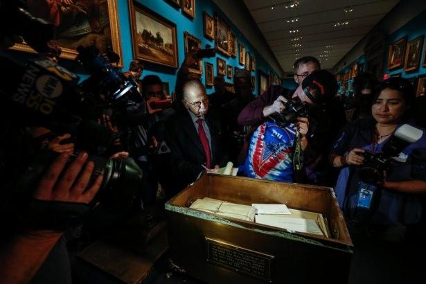 Asırlık ''zaman kapsülü'' açıldı 13