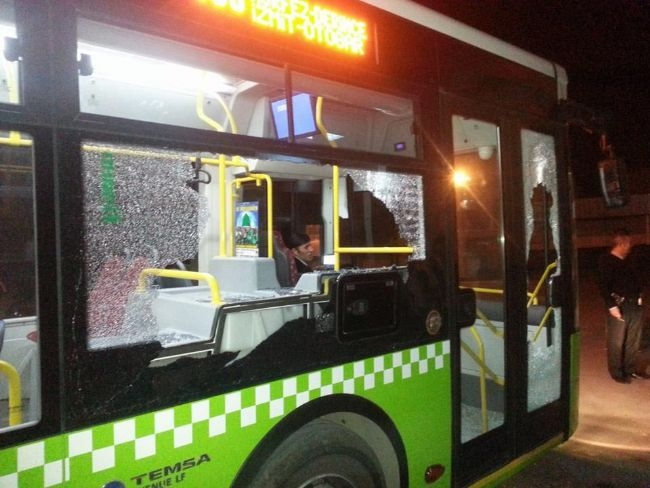 İçi yolcu dolu otobüse taşlı saldırı 1