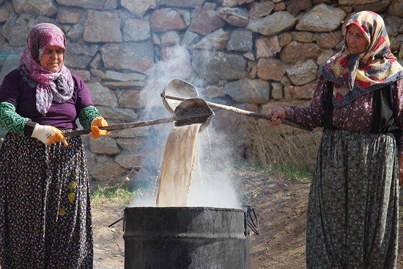 Köylü kadınların zorlu pekmez mesaisi 9