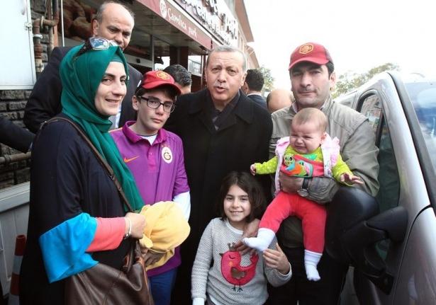 Erdoğan, oğlu ve torunuyla market alışverişinde 11