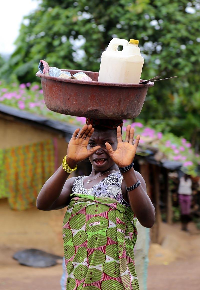 Fildişi kadını yokluklara rağmen hayata dört elle sarılıyor 14