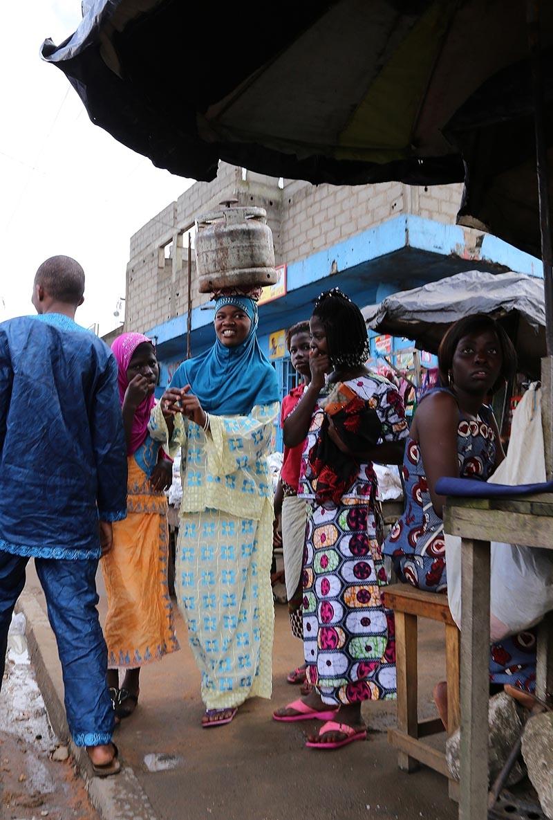 Fildişi kadını yokluklara rağmen hayata dört elle sarılıyor 15