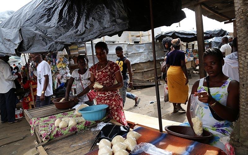 Fildişi kadını yokluklara rağmen hayata dört elle sarılıyor 27
