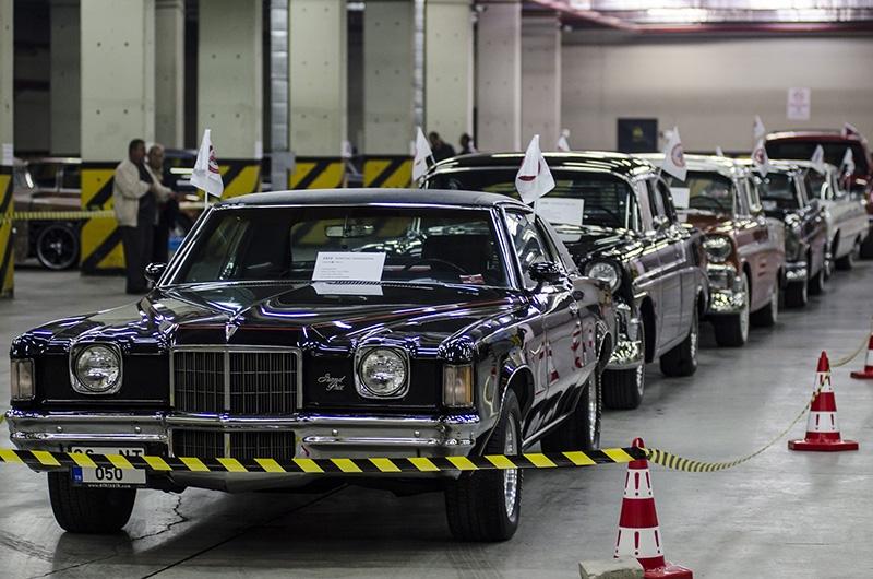 Klasik Amerikan ve İtalyan otomobilleri bir arada 17