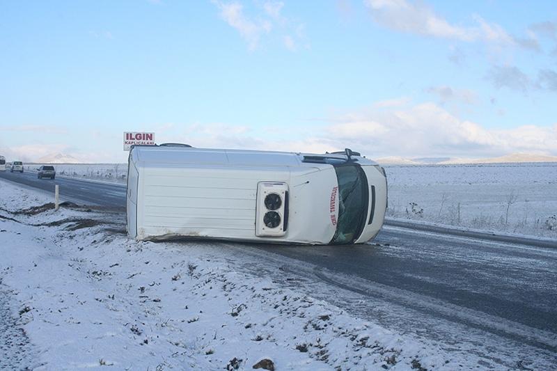 Buzlanma nedeniyle dört araç devrildi: 1 ölü, 8 yaralı 3