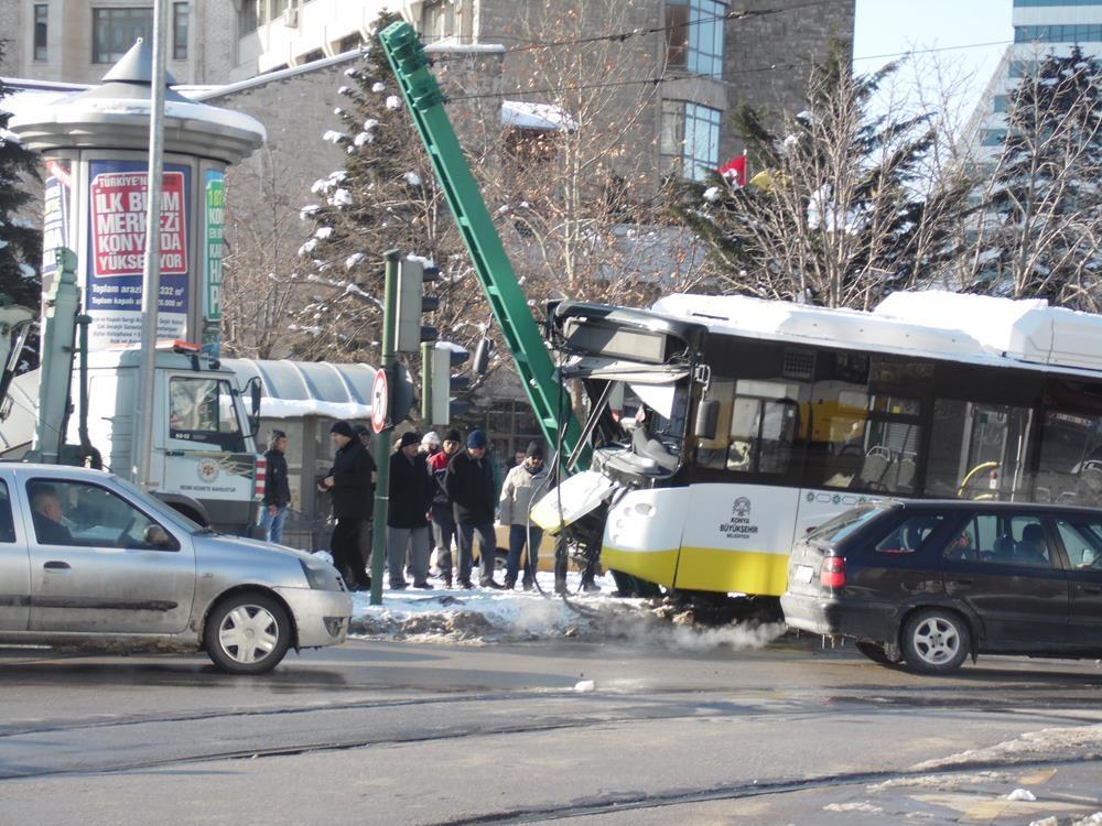 Konya'da otobüs, tramvayın elektrik direğine çarptı 1