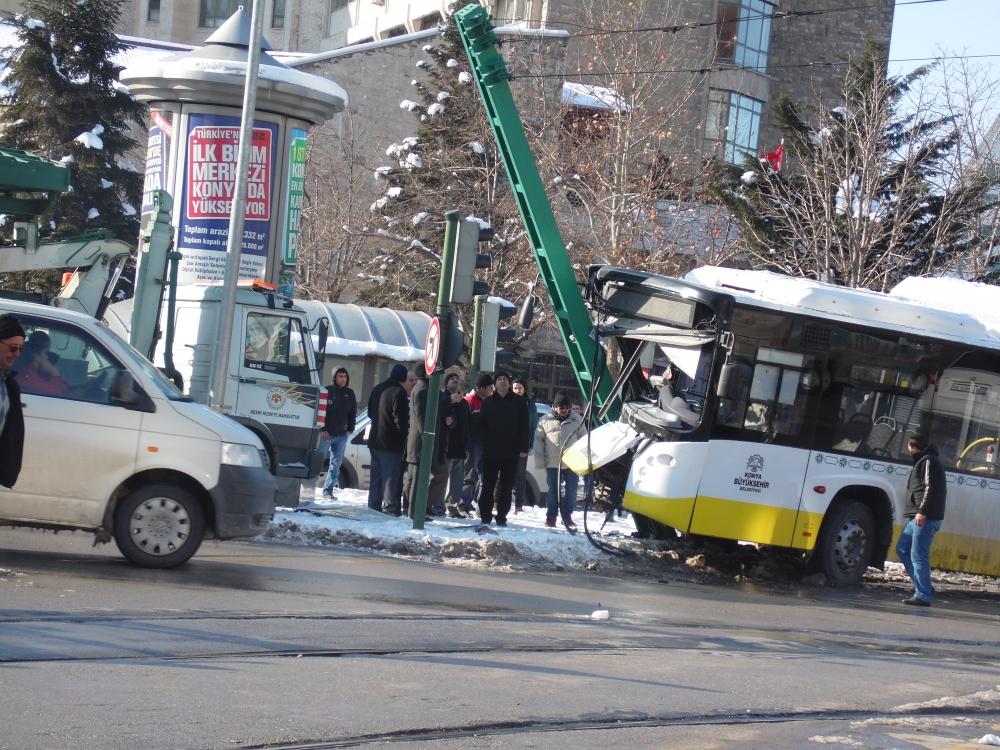 Konya'da otobüs, tramvayın elektrik direğine çarptı 2