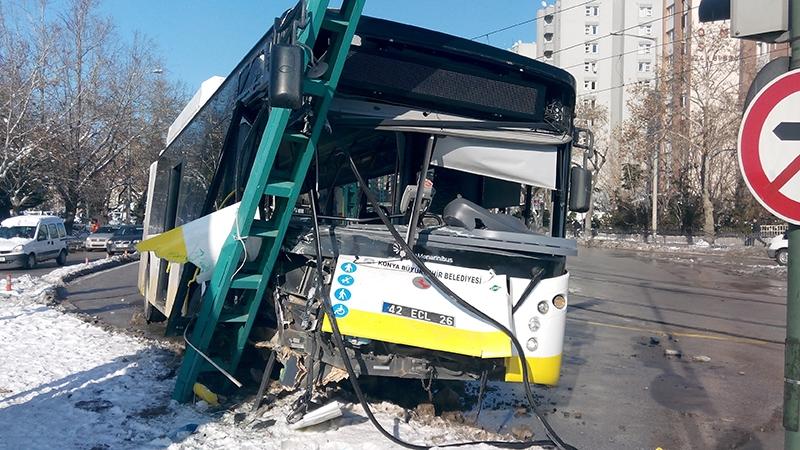 Konya'da otobüs, tramvayın elektrik direğine çarptı 3