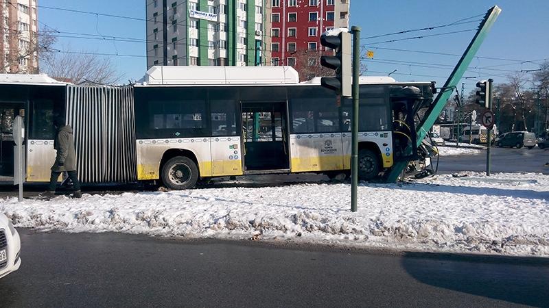 Konya'da otobüs, tramvayın elektrik direğine çarptı 4