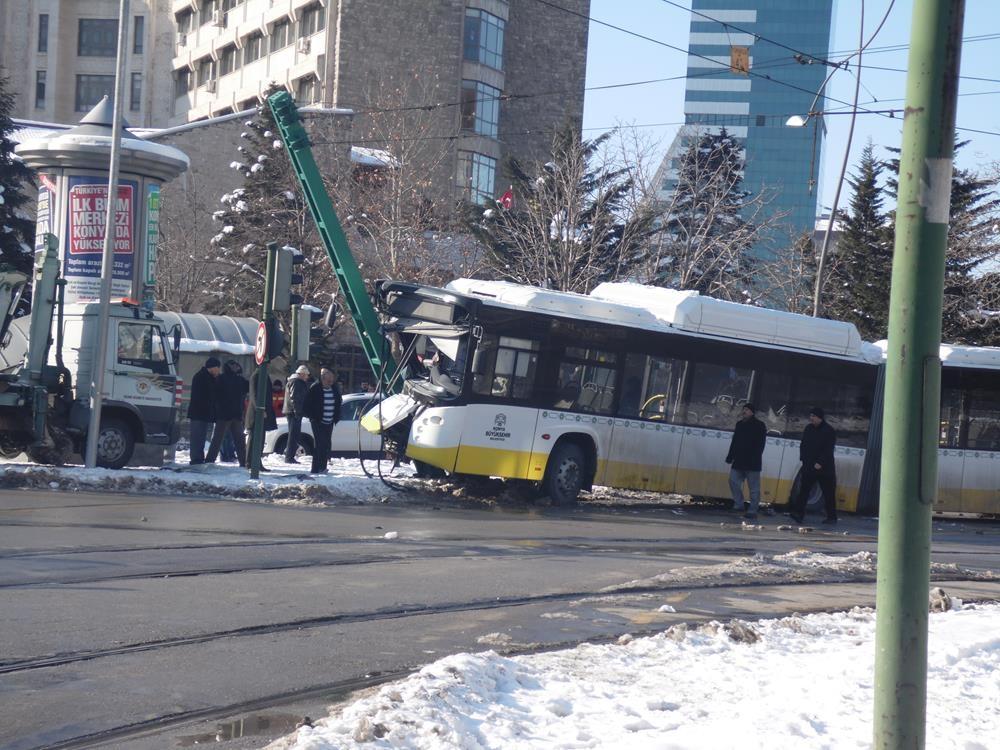 Konya'da otobüs, tramvayın elektrik direğine çarptı 5