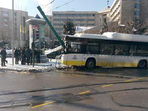 Konya'da otobüs, tramvayın elektrik direğine çarptı