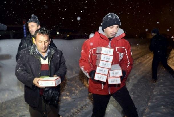Yolda mahsur kalanların yardımına AFAD ve Türk Kızılayı koştu 1