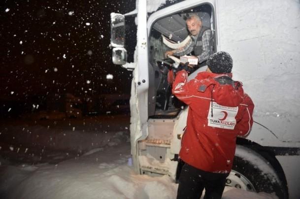 Yolda mahsur kalanların yardımına AFAD ve Türk Kızılayı koştu 10