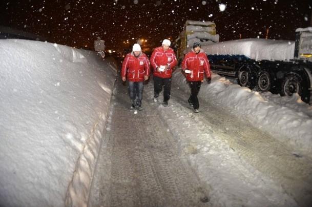 Yolda mahsur kalanların yardımına AFAD ve Türk Kızılayı koştu 11