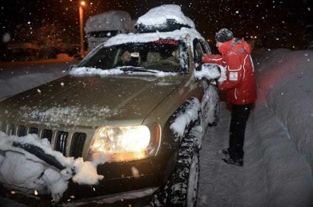 Yolda mahsur kalanların yardımına AFAD ve Türk Kızılayı koştu 13