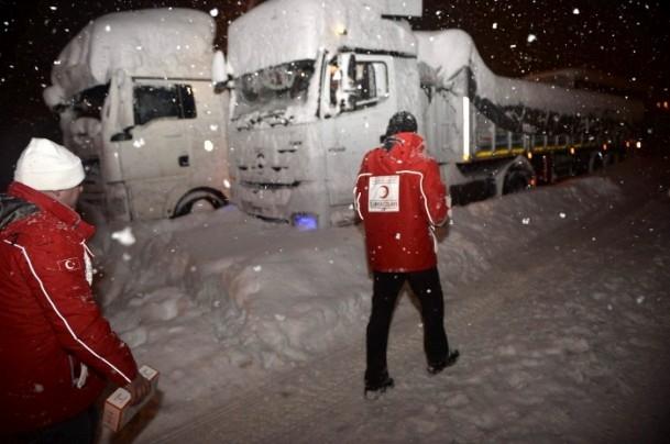 Yolda mahsur kalanların yardımına AFAD ve Türk Kızılayı koştu 5