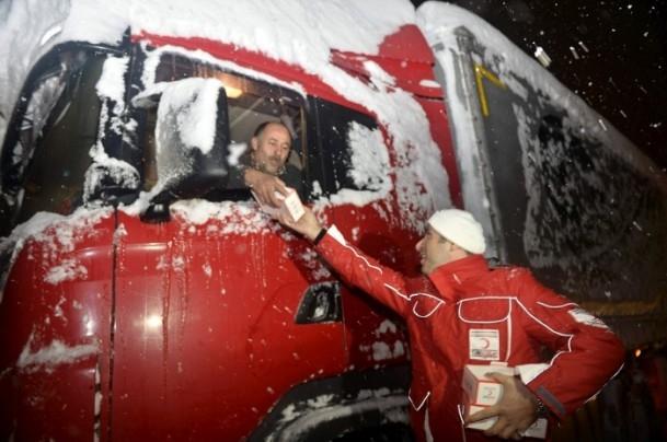 Yolda mahsur kalanların yardımına AFAD ve Türk Kızılayı koştu 7