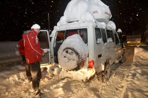 Yolda mahsur kalanların yardımına AFAD ve Türk Kızılayı koştu 8