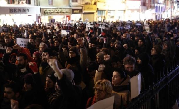 Paris'teki saldırıya tepkiler sürüyor 12