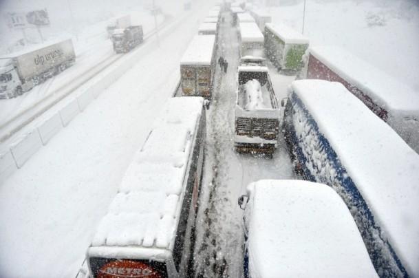 Bolu Dağı'nda kar yağışı nedeniyle mahsur kaldılar 10
