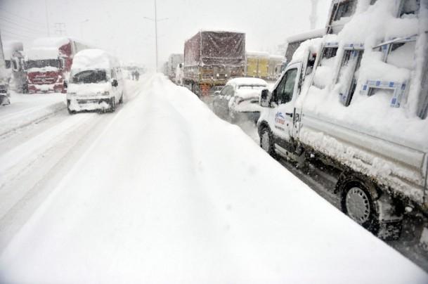 Bolu Dağı'nda kar yağışı nedeniyle mahsur kaldılar 12