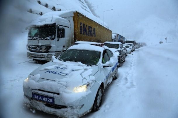 Bolu Dağı'nda kar yağışı nedeniyle mahsur kaldılar 13