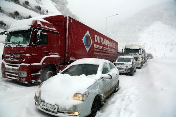 Bolu Dağı'nda kar yağışı nedeniyle mahsur kaldılar 14
