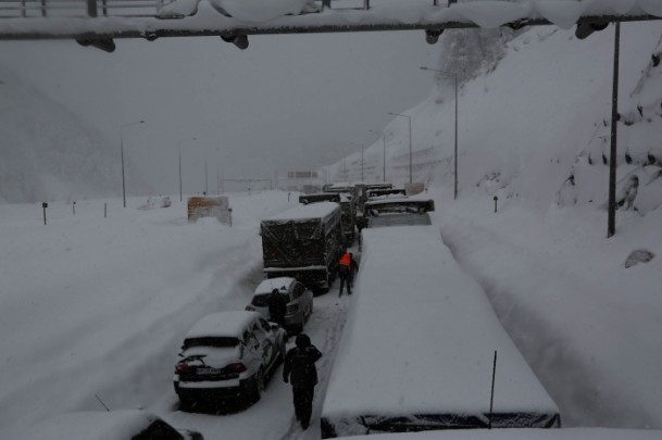 Bolu Dağı'nda kar yağışı nedeniyle mahsur kaldılar 15