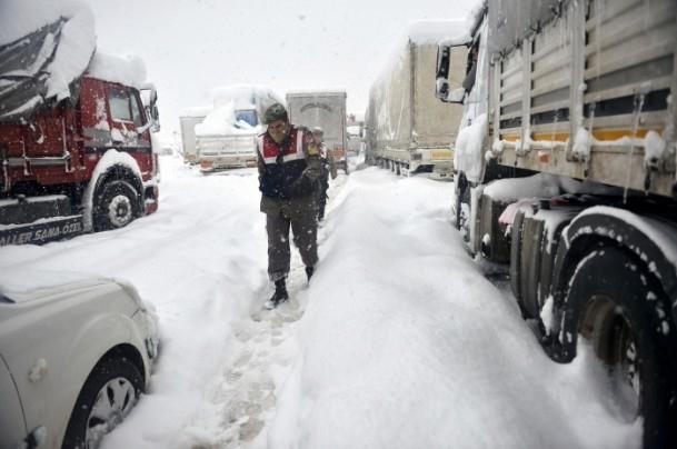 Bolu Dağı'nda kar yağışı nedeniyle mahsur kaldılar 2