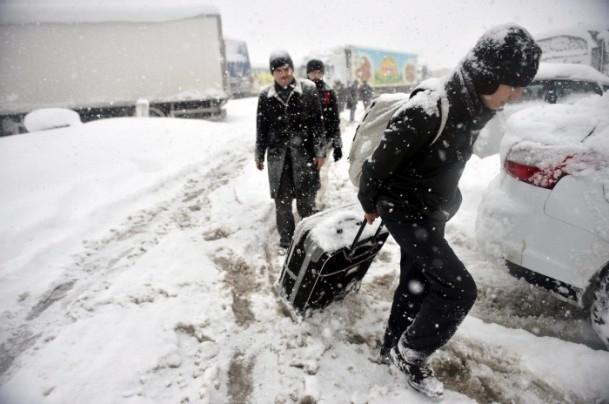 Bolu Dağı'nda kar yağışı nedeniyle mahsur kaldılar 3