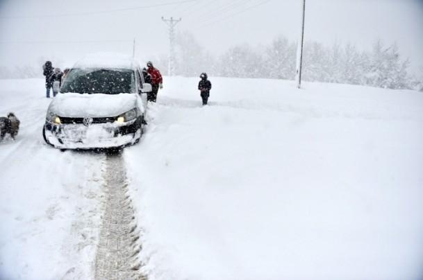 Bolu Dağı'nda kar yağışı nedeniyle mahsur kaldılar 5