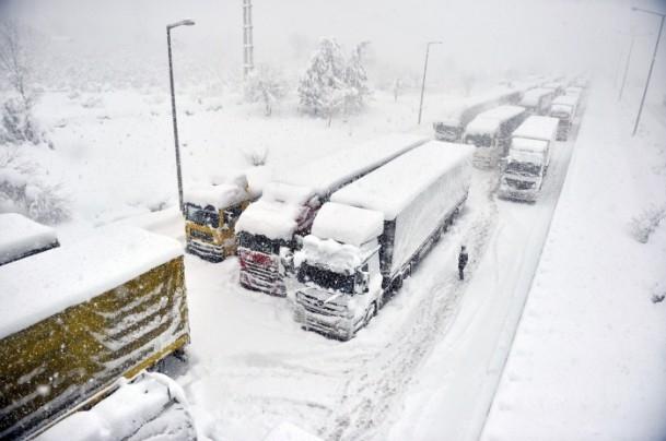 Bolu Dağı'nda kar yağışı nedeniyle mahsur kaldılar 6
