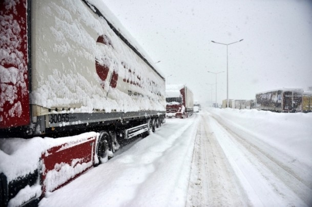 Bolu Dağı'nda kar yağışı nedeniyle mahsur kaldılar 7