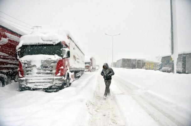 Bolu Dağı'nda kar yağışı nedeniyle mahsur kaldılar 8