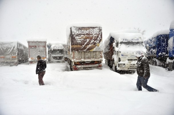 Bolu Dağı'nda kar yağışı nedeniyle mahsur kaldılar 9
