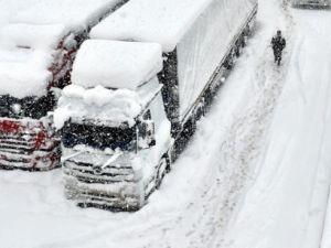Bolu Dağı'nda kar yağışı nedeniyle mahsur kaldılar