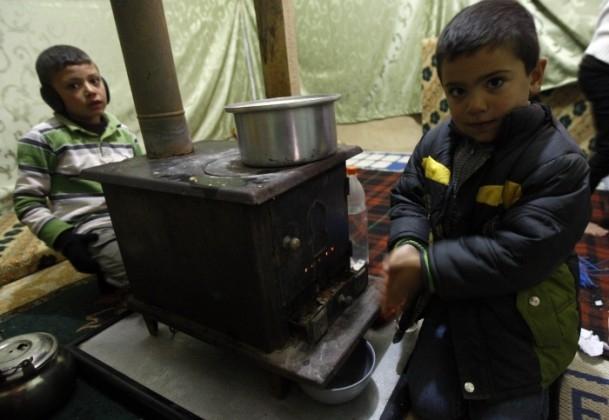Isınmak için çocuklarının elbiselerini yaktılar 5