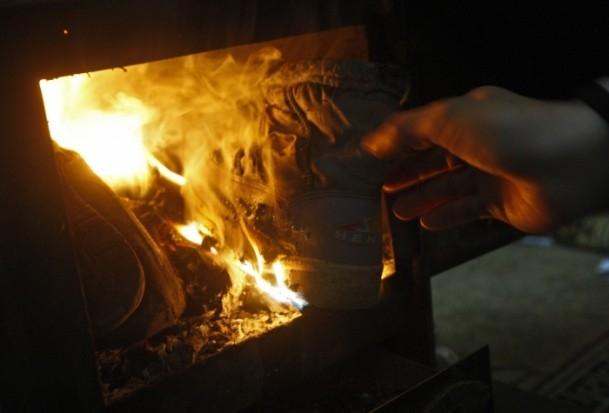 Isınmak için çocuklarının elbiselerini yaktılar 8