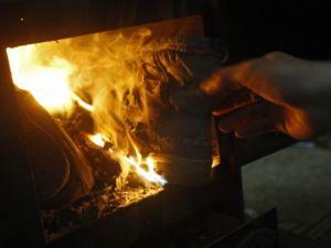 Isınmak için çocuklarının elbiselerini yaktılar