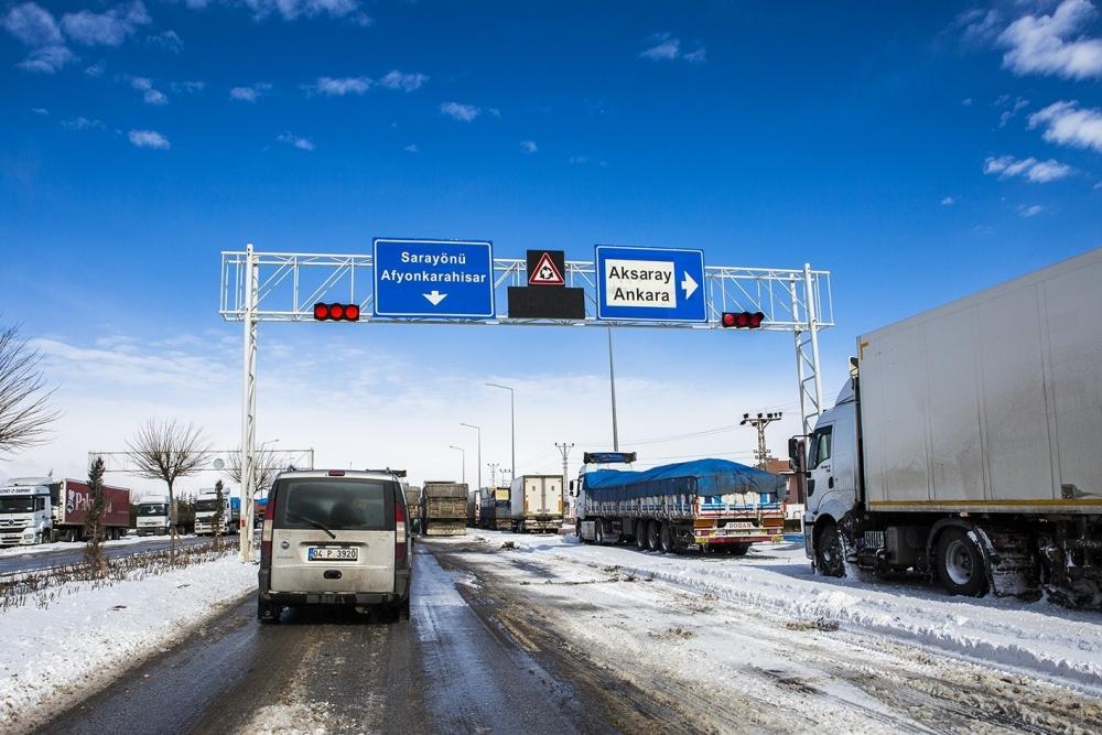 Kar yağışı yolları kapattı 3