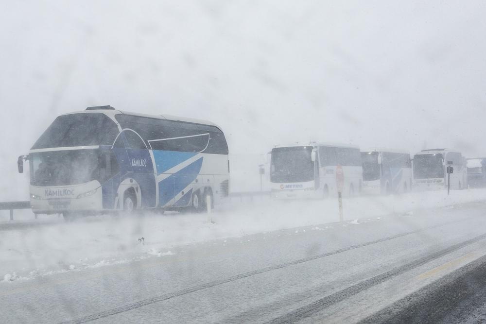 Kar yağışı yolları kapattı 6