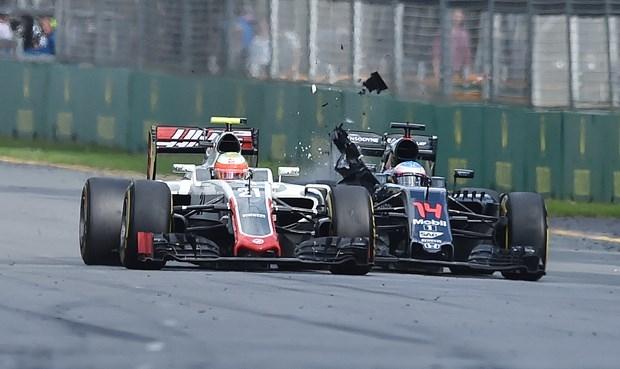 Formula 1'de Alonso kaza yaptı 1