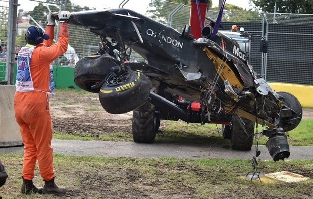 Formula 1'de Alonso kaza yaptı 10