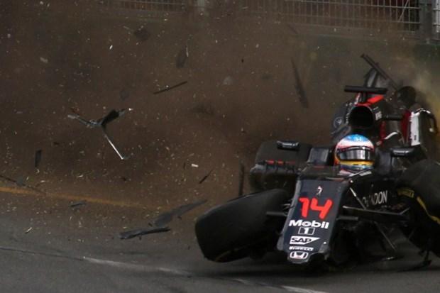 Formula 1'de Alonso kaza yaptı 3
