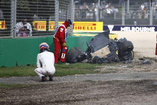 Formula 1'de Alonso kaza yaptı 4
