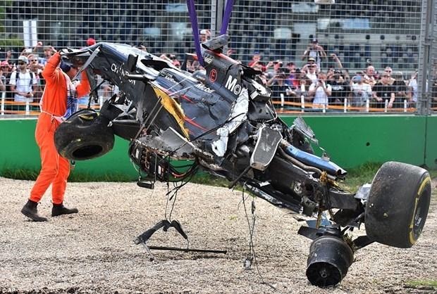 Formula 1'de Alonso kaza yaptı 5