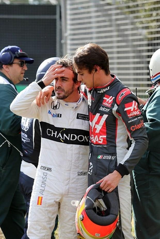 Formula 1'de Alonso kaza yaptı 6