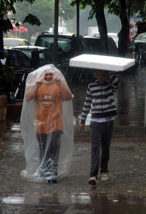 Yağmura yakalanan yurdum insanı 1