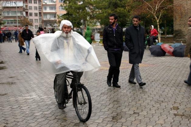 Yağmura yakalanan yurdum insanı 11