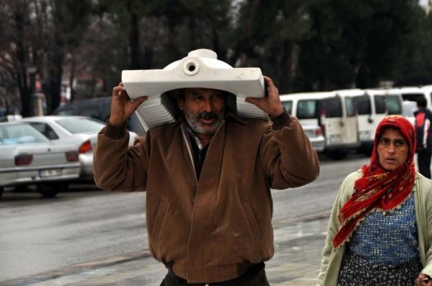Yağmura yakalanan yurdum insanı 3